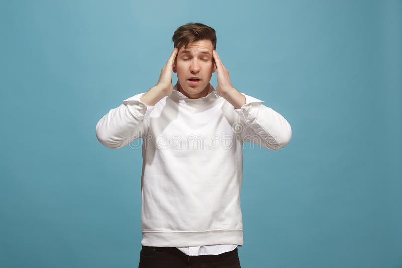 Homem que tem a dor de cabeça sobre o fundo imagem de stock