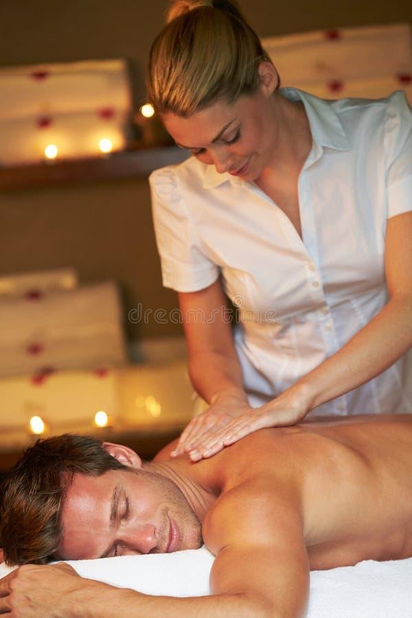 Homem que tem a massagem nos termas fotos de stock
