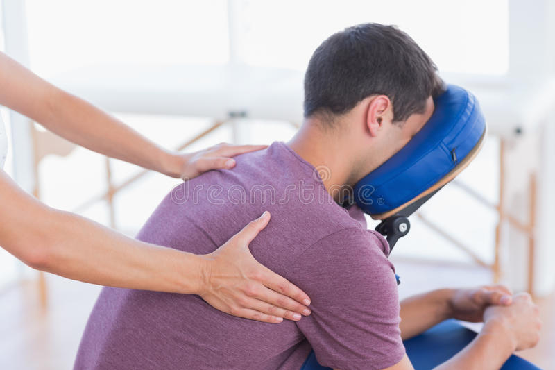Homem que tem a massagem traseira imagens de stock royalty free