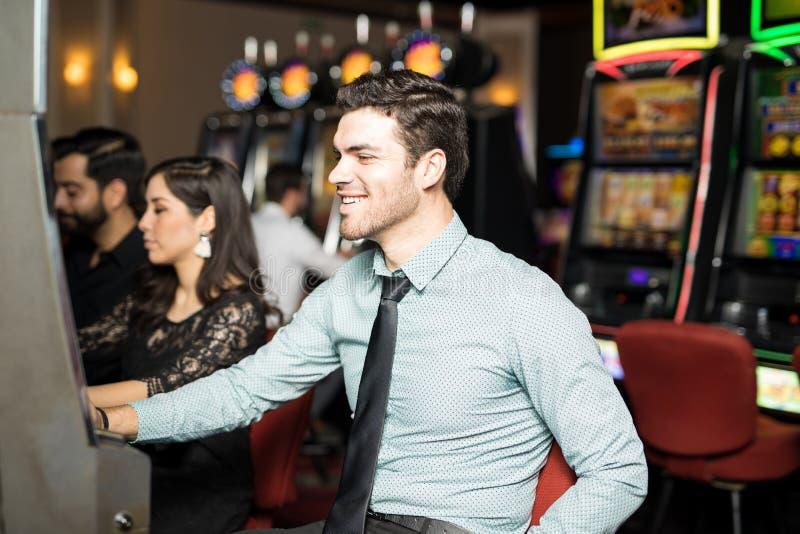 Homem que tem o divertimento em um casino imagem de stock royalty free