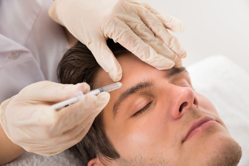 Homem que tem o tratamento de Botox imagens de stock