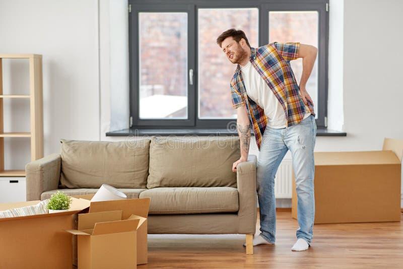 Homem que tem para trás doer movendo-se para a casa nova fotografia de stock