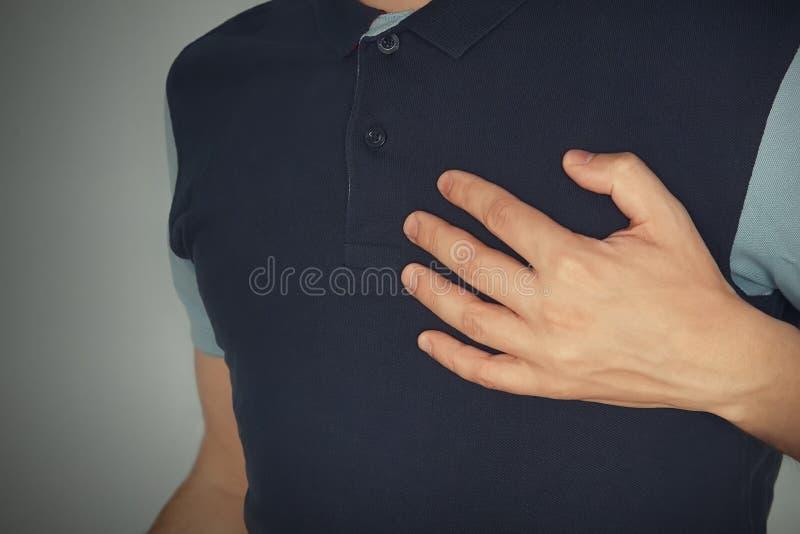 homem que toca com suas mãos com dor no peito do ataque do aheart com angina pectoris, dor mental, sofrimento mental experiência, fotos de stock royalty free