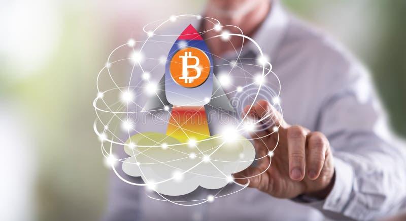 Homem que toca em um conceito da elevação do bitcoin imagens de stock royalty free