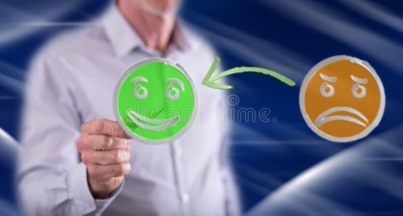 Homem que toca em um conceito da satisfação do cliente fotos de stock