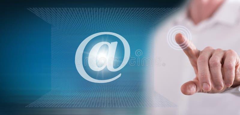 Homem que toca em um conceito do email ilustração do vetor