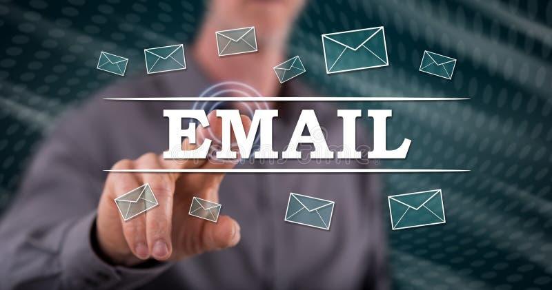 Homem que toca em um conceito do email ilustração royalty free