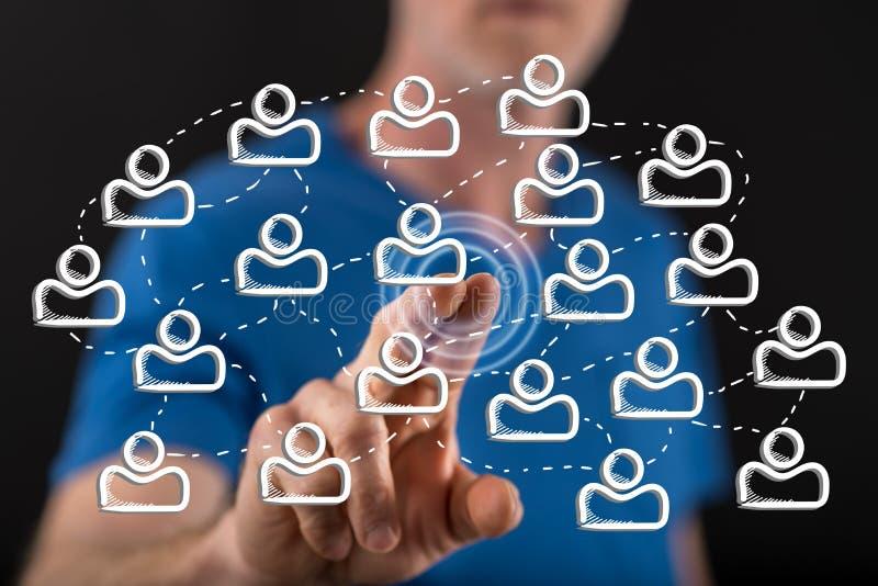 Homem que toca em um conceito social da rede imagens de stock