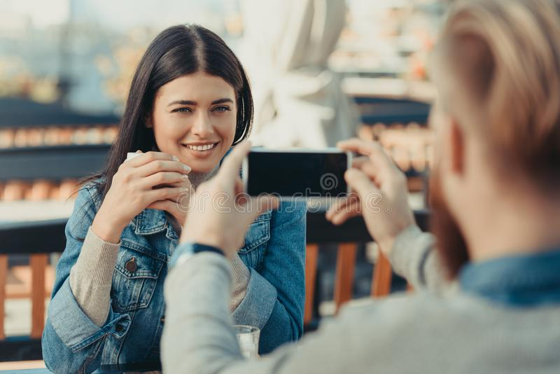 homem que toma a foto da amiga feliz foto de stock