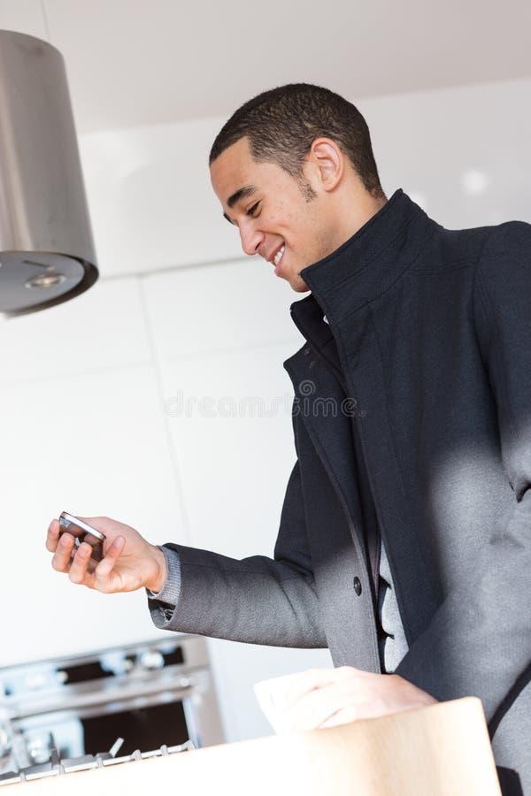 Homem que toma a imagem com telefone celular e sorriso fotos de stock