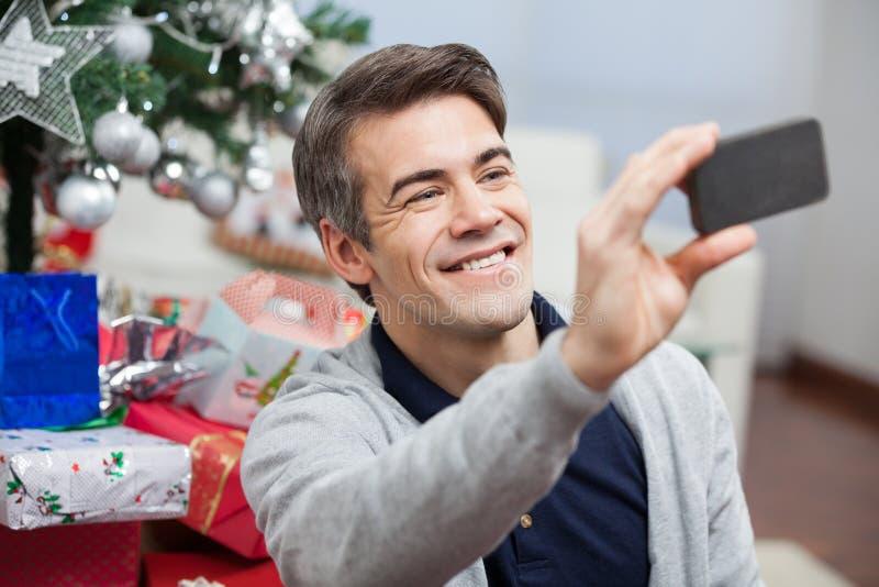 Homem que toma o autorretrato com Smartphone imagens de stock