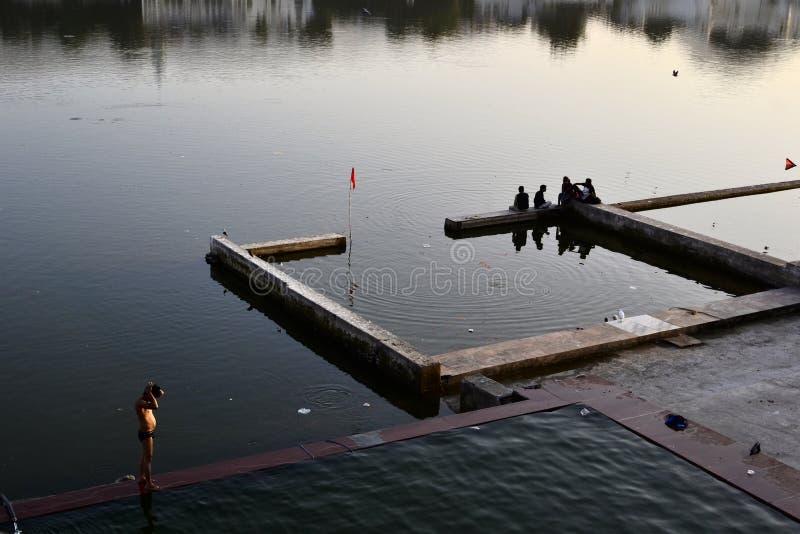 Homem que toma o banho no lago do lago santamente Pushkar fotos de stock