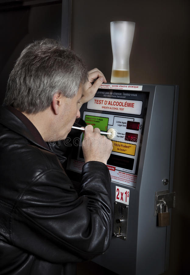 Homem que toma o teste do breathalyzer fotografia de stock