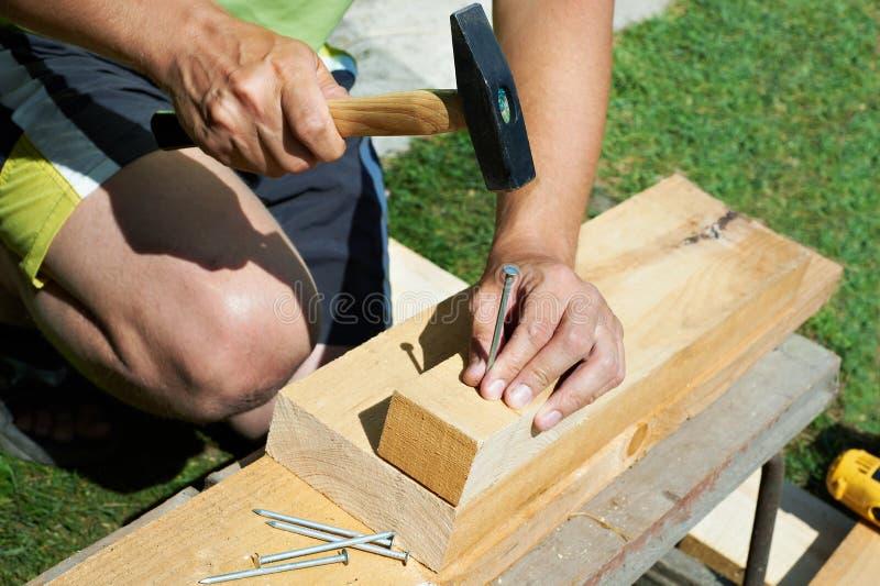 Homem que trabalha com um martelo imagens de stock