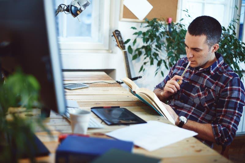 Homem que trabalha em casa foto de stock