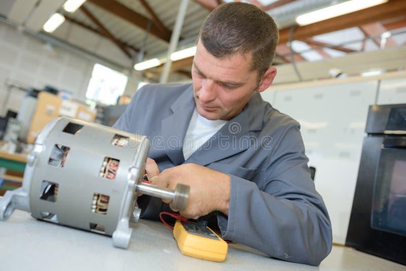 Homem que trabalha em elétricos fotografia de stock