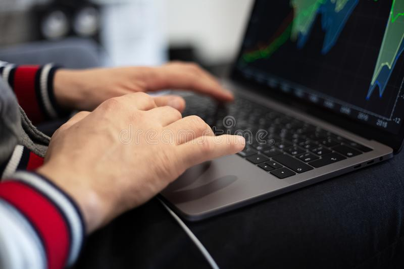Homem que trabalha em um projeto no portátil foto de stock royalty free