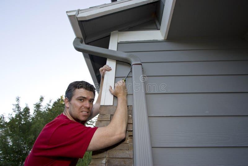 Homem que trabalha na casa - horizontal imagens de stock royalty free