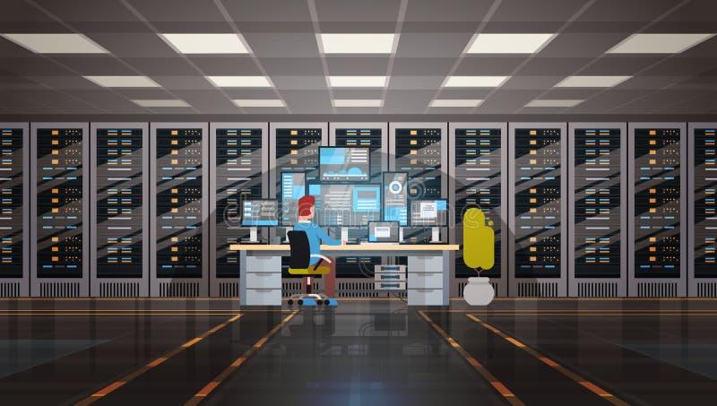 Homem que trabalha no base de dados da informação da monitoração do computador de servidor do acolhimento da sala do centro de da ilustração do vetor