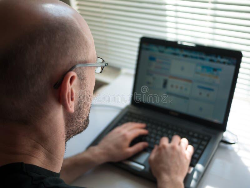 Homem que trabalha no computador imagem de stock