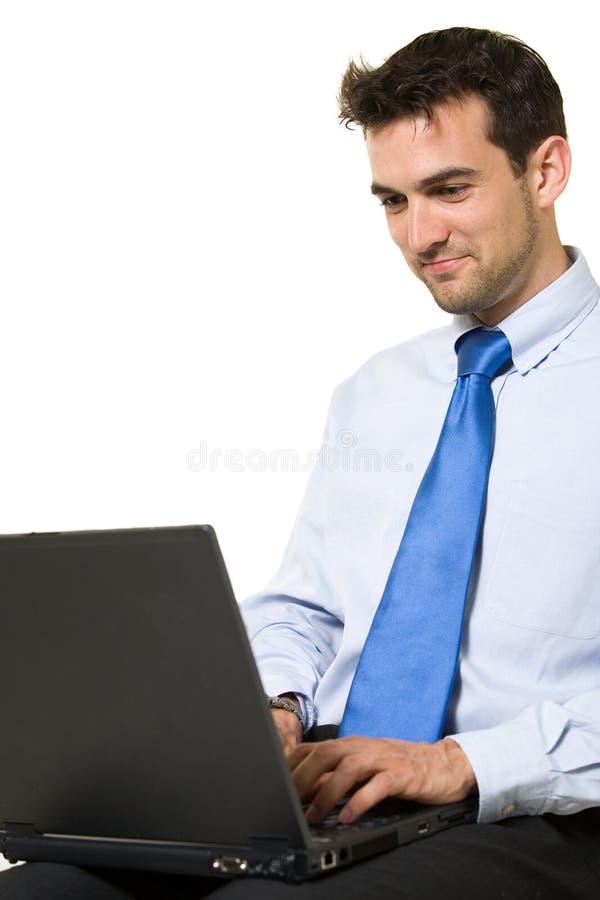 Homem que trabalha no portátil