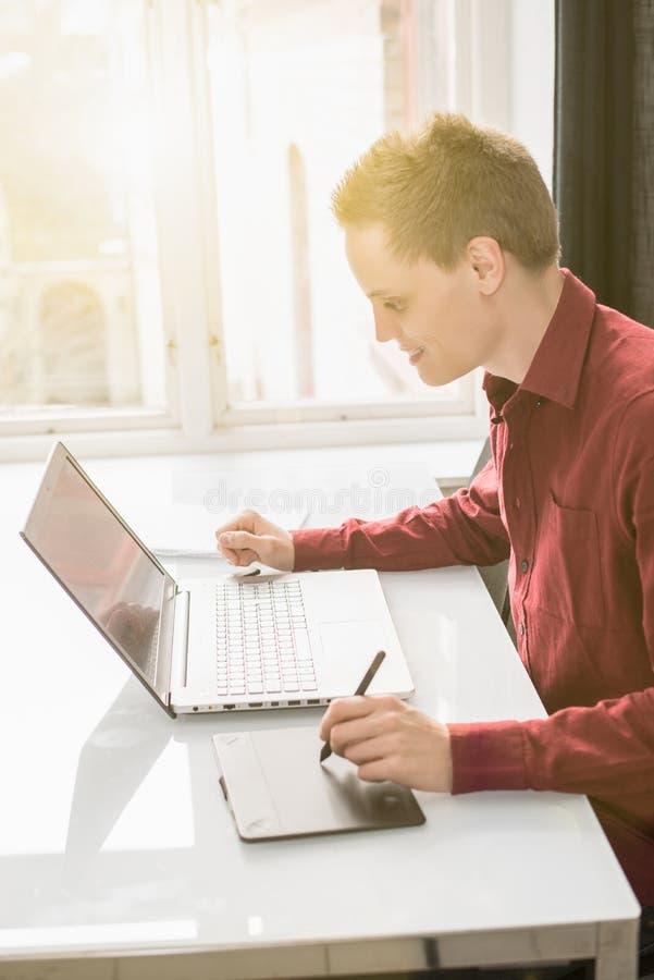Homem que trabalha no portátil imagens de stock royalty free