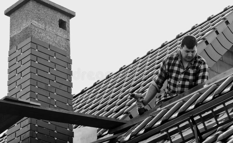 Homem que trabalha no telhado foto de stock royalty free