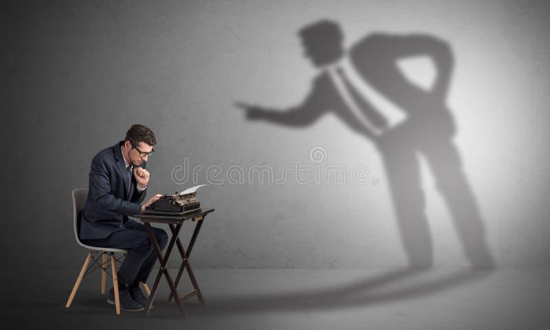 Homem que trabalham duramente e sombra que discute com ele imagens de stock