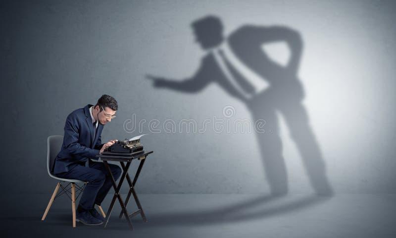 Homem que trabalham duramente e sombra que discute com ele foto de stock