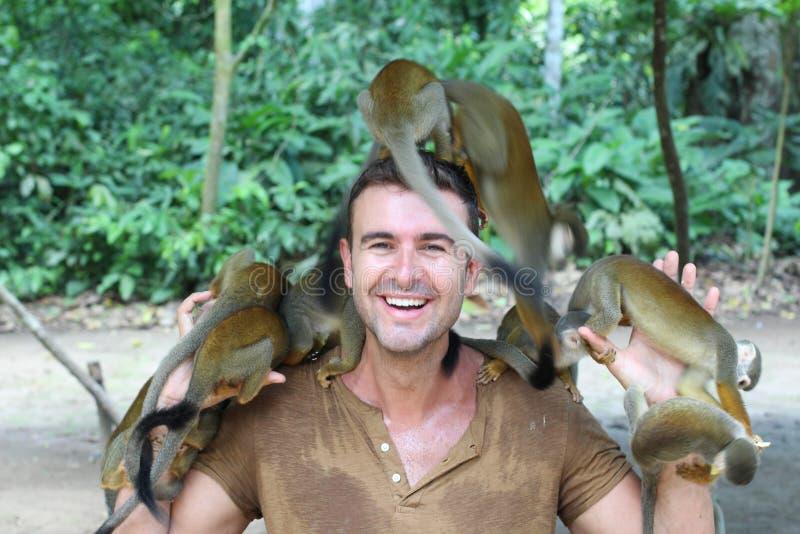 Homem que treina um grupo de macacos imagem de stock
