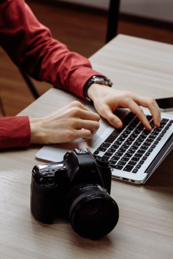 Homem que usa dispositivos novos no trabalho feche acima da foto colhida da vista lateral imagens de stock royalty free