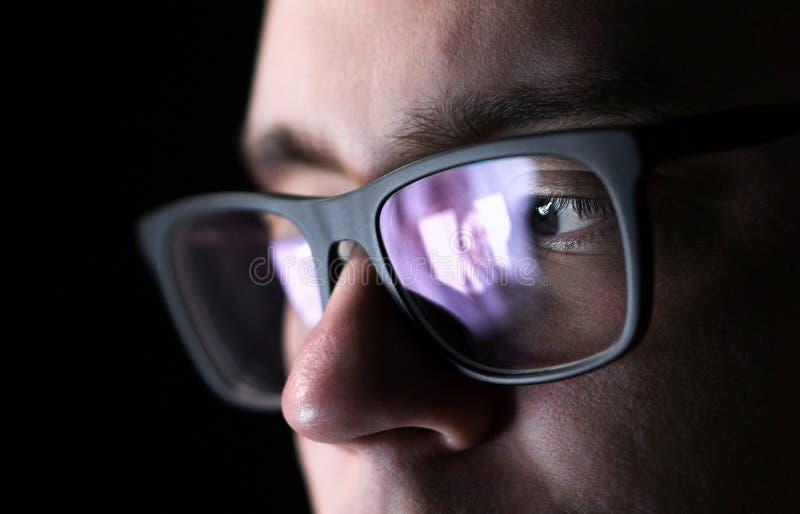 Homem que usa em linha datar a aplicação com smartphone imagens de stock