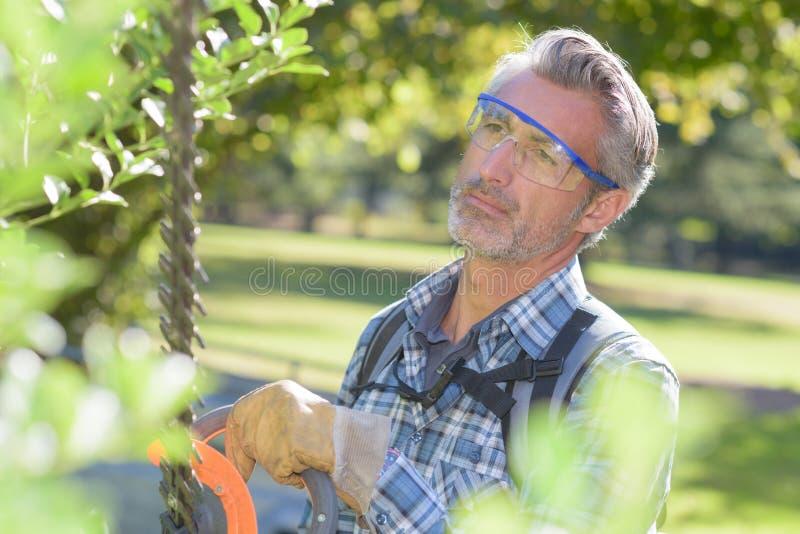 Homem que usa o ajustador de conversão fotos de stock