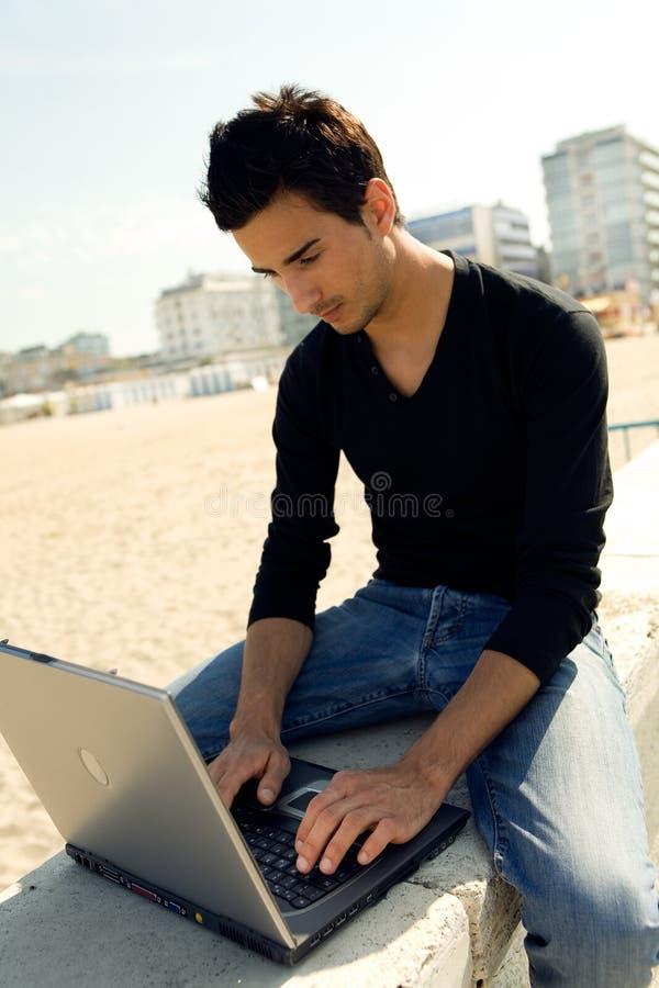 Homem que usa o computador ao ar livre imagens de stock royalty free