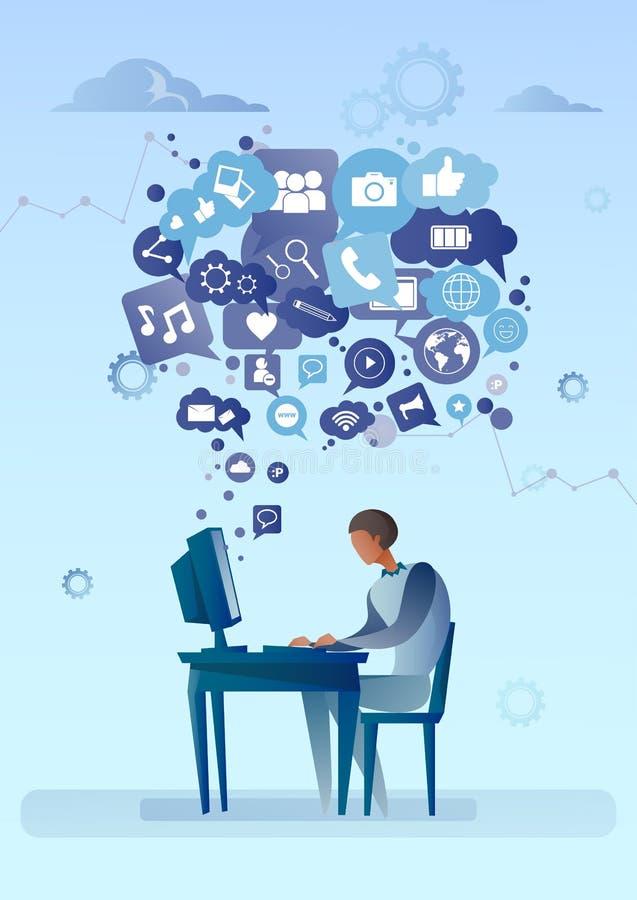 Homem que usa o computador com bolha do bate-papo do conceito social de uma comunicação da rede dos ícones dos meios ilustração do vetor