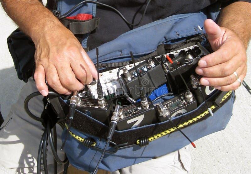 Homem que usa o equipamento de gravação sadia para a película