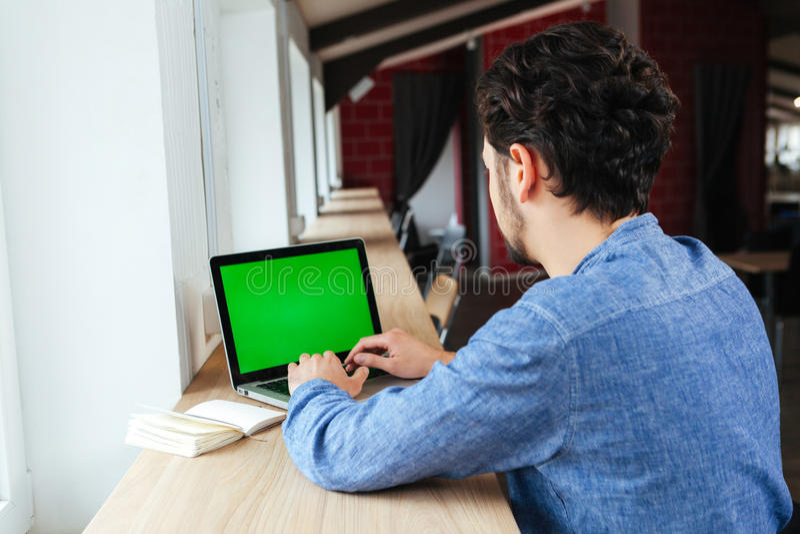 Homem que usa o laptop com tela vazia fotos de stock royalty free