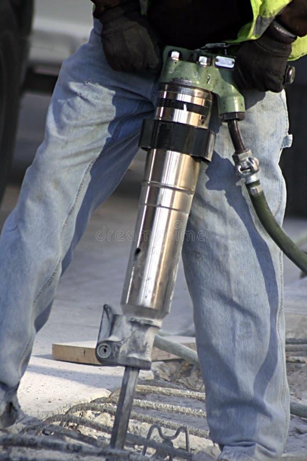 Homem que usa o martelo de Jack fotografia de stock