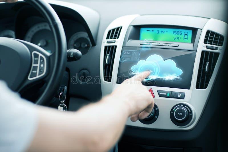Homem que usa o painel de controle do carro imagens de stock