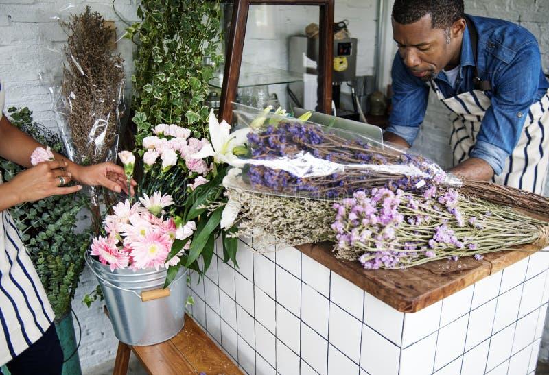 Homem que usa o portátil do computador no florista foto de stock