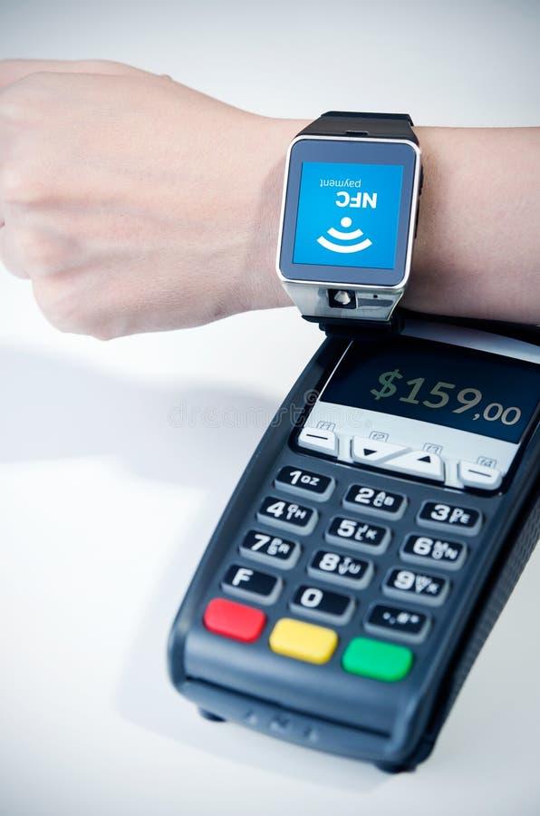 Homem que usa o relógio esperto com microplaqueta de NFC imagem de stock royalty free
