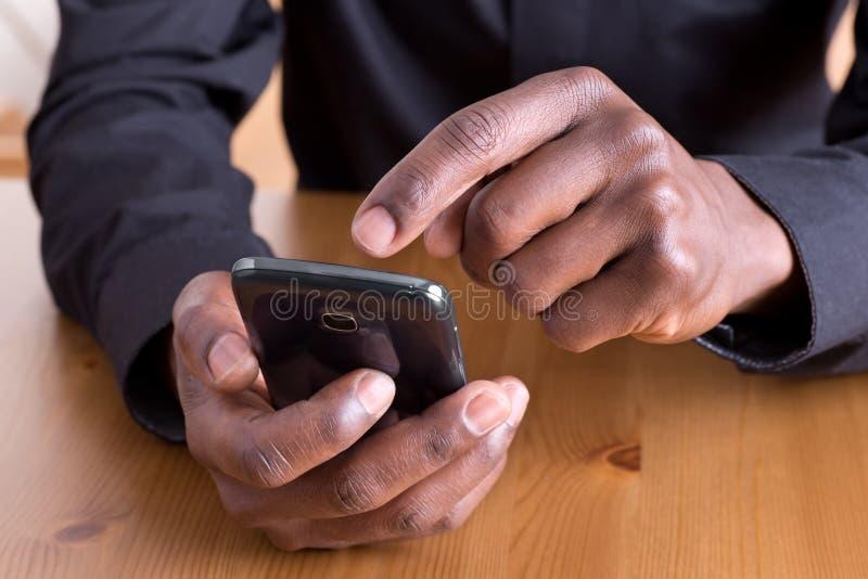 Homem que usa o smartphone imagens de stock