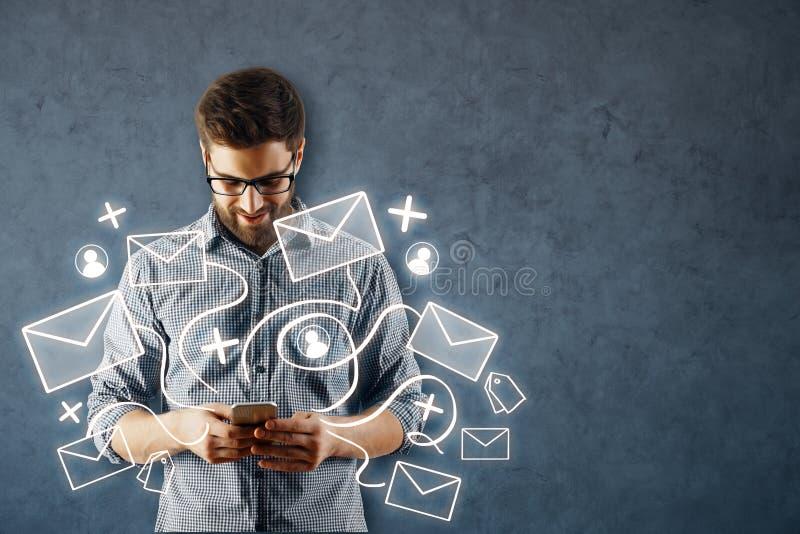 Homem que usa o smartphone com rede do email imagem de stock