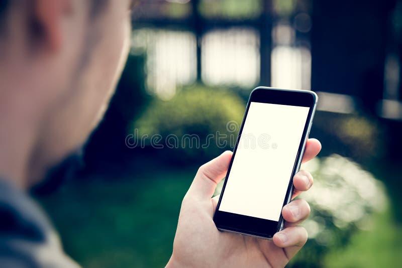 Homem que usa o smartphone com tela vazia fotos de stock royalty free