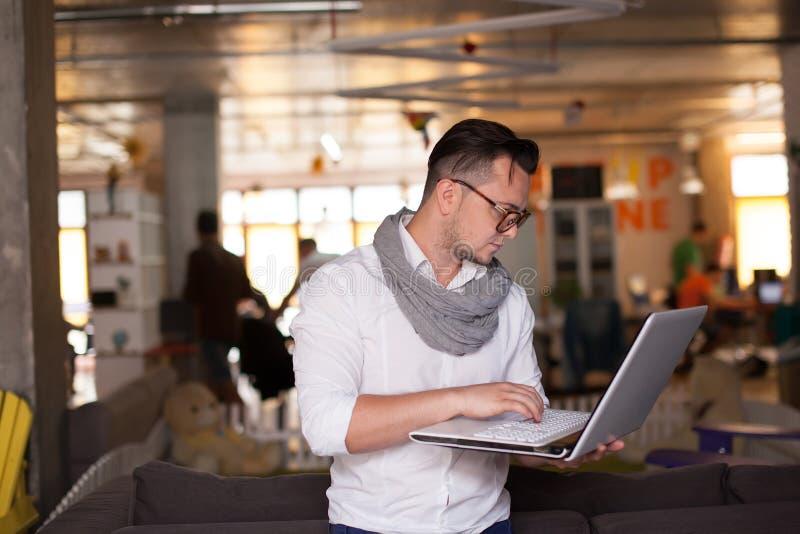 Homem que usa o smartphone no escritório startup fotos de stock