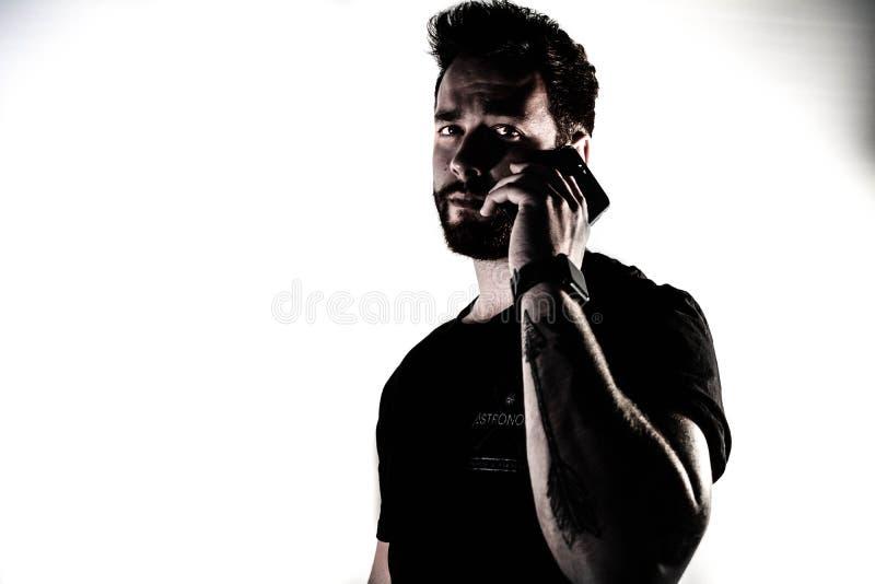 Homem que usa o telefone de pilha