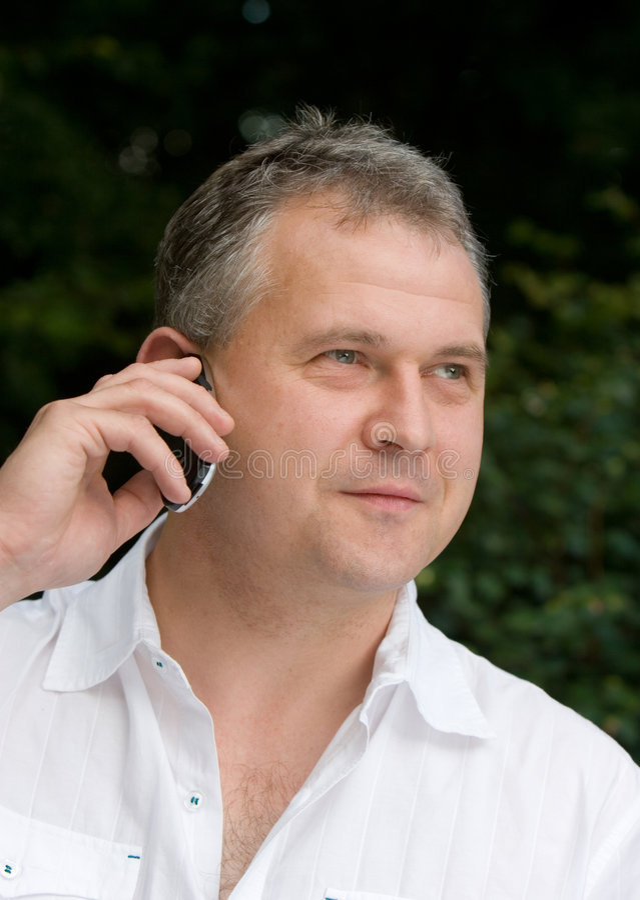 Homem que usa o telefone móvel fotografia de stock royalty free