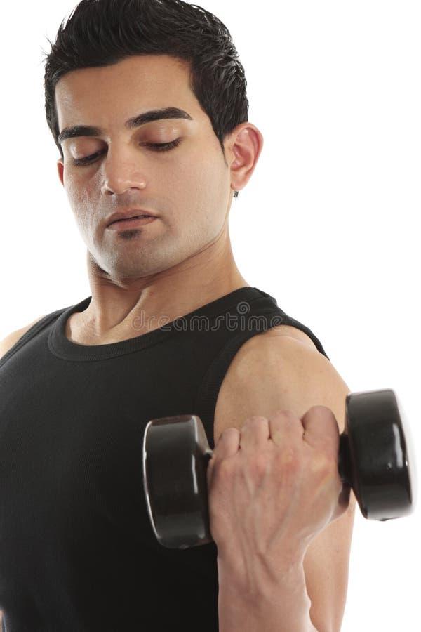 Homem que usa-se levantando um peso da mão fotografia de stock
