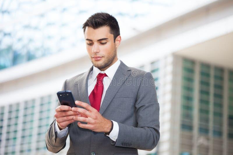 Homem que usa seu telefone móvel fotografia de stock royalty free