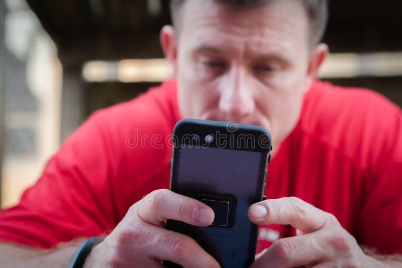 Homem que usa Smartphone fotos de stock royalty free